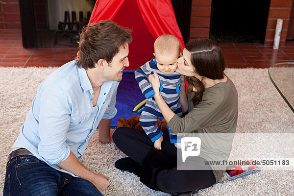 sitzend Boden Fußboden Fußböden Sohn Zimmer Menschliche Eltern Wohnzimmer Baby
