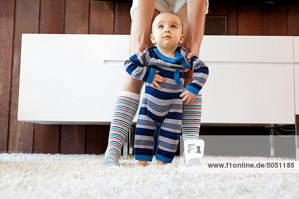 Stufe nehmen Sohn Hilfe Mutter - Mensch Baby