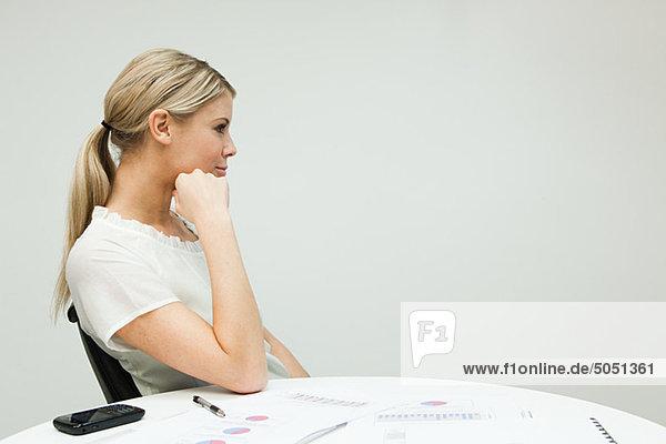 Portrait der Geschäftsfrau bei Tisch