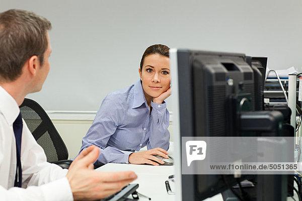 Geschäftsfrau ignorieren männlichen Kollegen im Büro