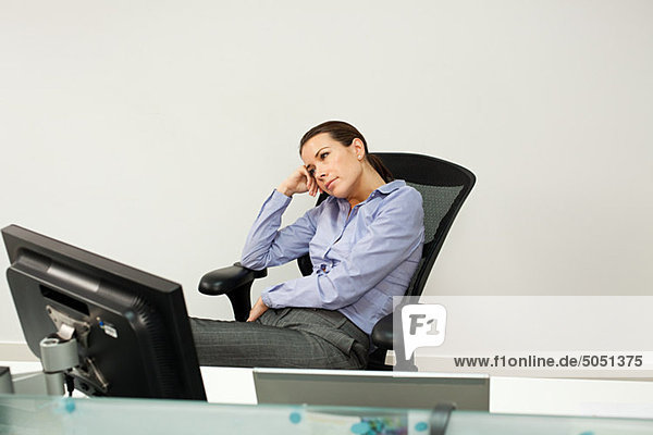 Gelangweilt geschäftsfrau im Büro