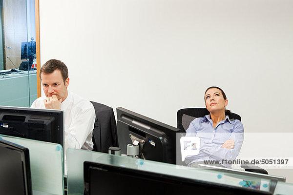 Gelangweilt geschäftsfrau mit männlichen Kollegen im Büro