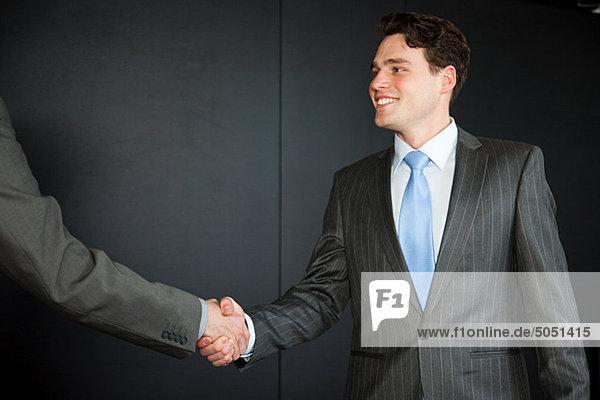 Zwei Geschäftsleute geben sich die Hand