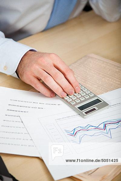 Büroangestellter mit Kalkulator