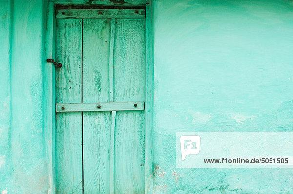 Grüne Holztür und Mauer des Dorfhauses bei Mysore  Karnataka