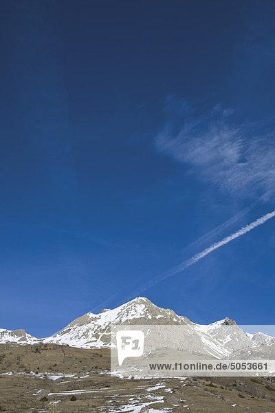 Der letzte Winterschnee auf den Berggipfeln
