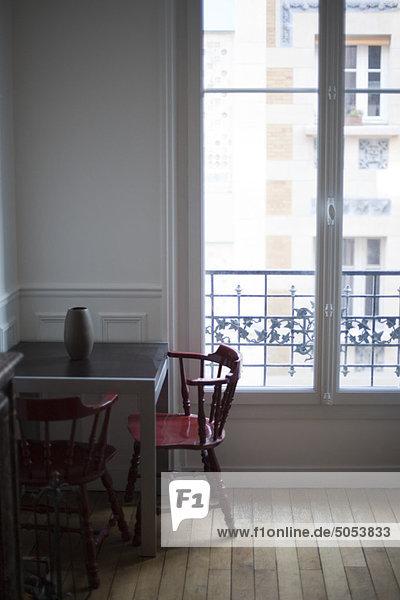 Tisch und Stühle am Fenster