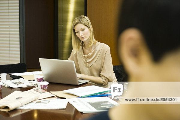 Weibliche Führungskraft bei der Arbeit am Laptop