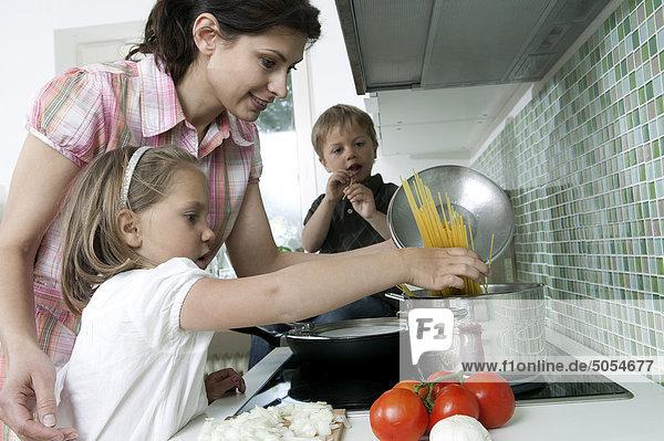 Mutter mit ihren Kindern Kochen Mutter mit ihren Kindern Kochen