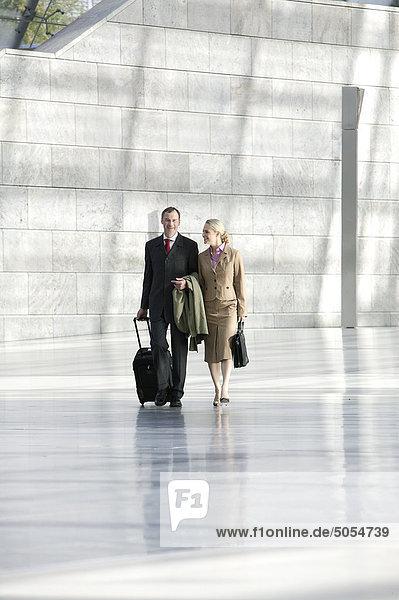zwei Geschäftsleute zu Fuß durch hall