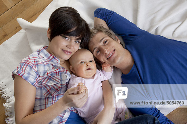 Portrait of happy young Family mit Baby girl