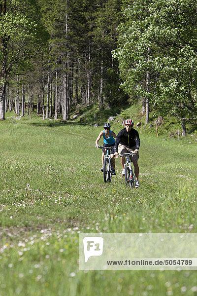 junges paar Radfahren in der Natur