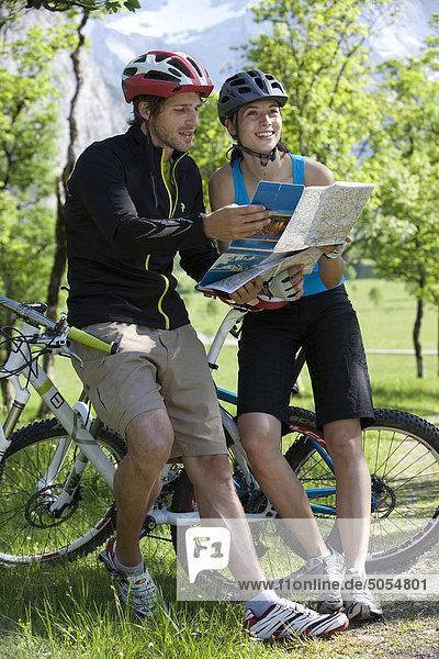 junge Radfahrer Studium Karte
