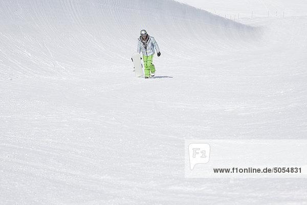 Snowaboarder Wandern in den Bergen Snowaboarder Wandern in den Bergen