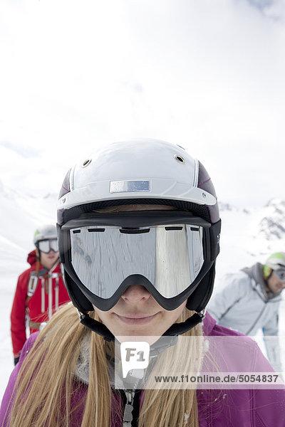 Porträt von Frau trägt Skibrille und Helm