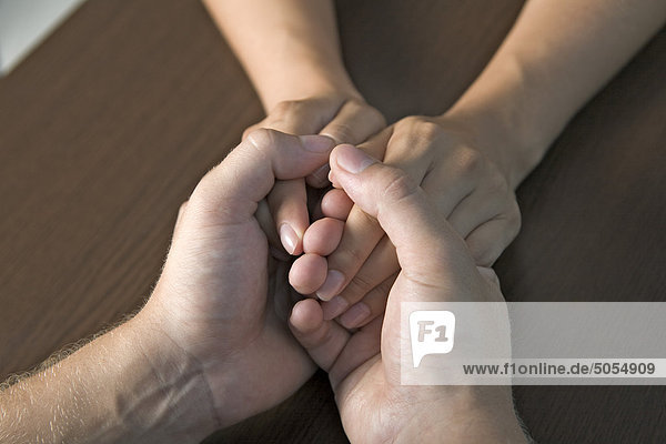 Detail des jungen Paares holding hände Detail des jungen Paares holding hände