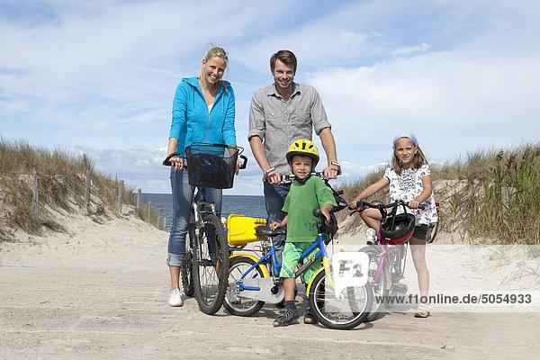 Familie Radsport zusammen am Meer