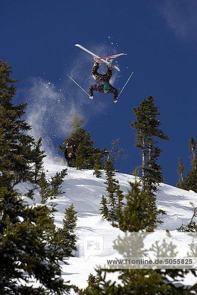 Skifahrer kippt von Klippe  Whistler  BC  Kanada