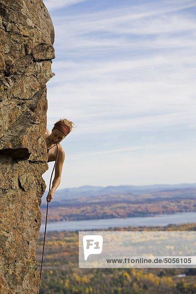 Ein junge Frau Sport steigt Rising Sun 10a,  Mt. Orford Nationalpark,  QC