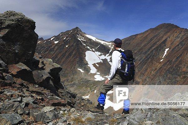 Wanderer in felsigen alpine  Hudson Bay Mountain  Smithers  British Columbia