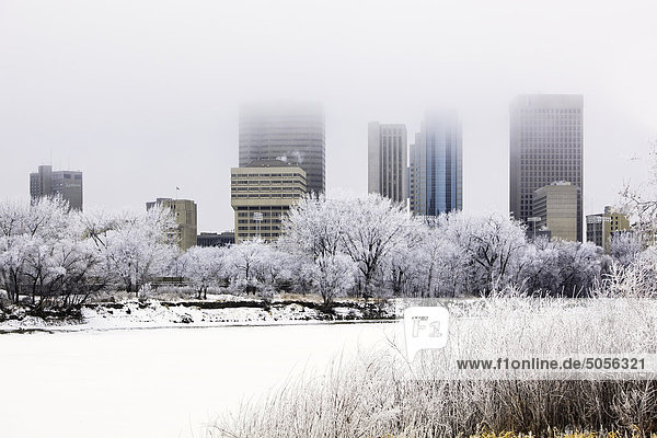 Innenstadt Winnipeg-Skyline und gefrorene Red River an einem frostigen Wintertag. Winnipeg  Manitoba  Kanada.