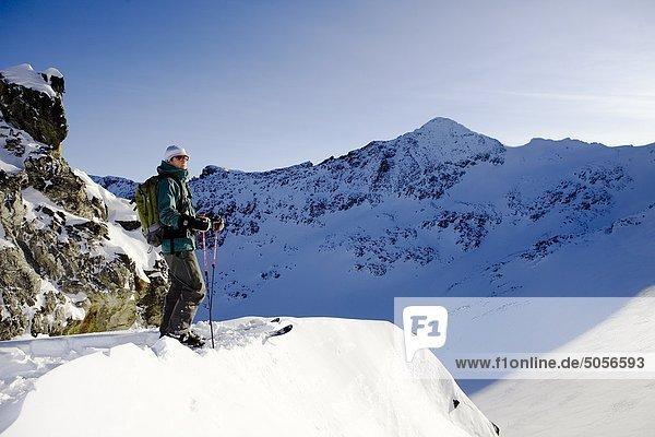 Man Blick auf die Ansicht in Whistler Backcountry  Coast Mountains  British Columbia  Kanada.