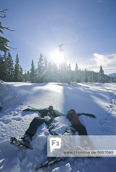 liegend liegen liegt liegendes liegender liegende daliegen Wiese 2 Comox Valley Schneeschuh British Columbia Kanada Paradies Schnee Vancouver Island