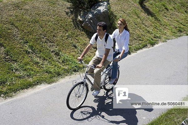 Paar mit dem Tandem-Fahrrad