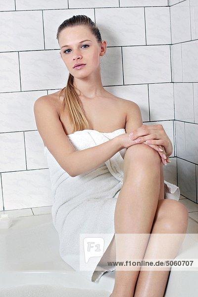 Woman's Portrait im Sitzen auf Badewanne Badezimmer