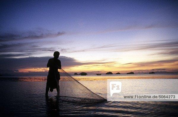 Thailand  Koh Samui Island  Phang Ka Bay  Fischer bei der Arbeit