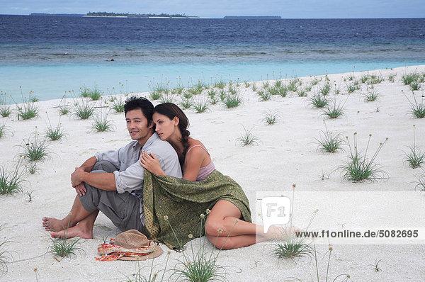 Maldives. Paar am Strand sitzen