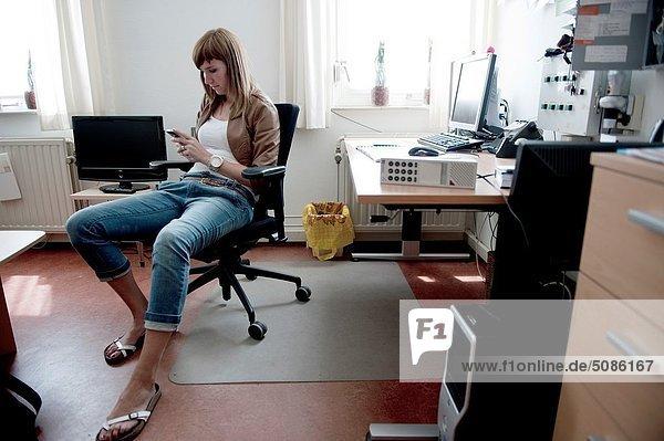 hinter  sitzend  Frau  Schreibtisch  Text  Büro  Nachricht  jung  vorlesen