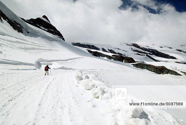 hoch oben Frau gehen Alpen Einsamkeit Saas Fee Schweiz Kanton Wallis