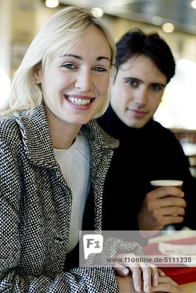 Paar dem Frühstück in einem Café