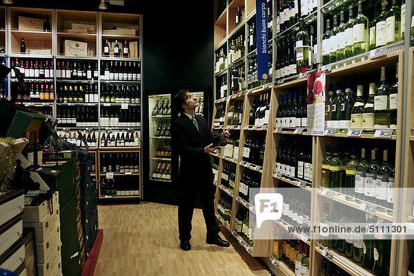 Mann in eine Wein-shop