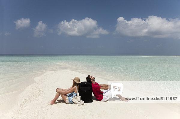 sitzend  Zusammenhalt  Strand  Desorientiert