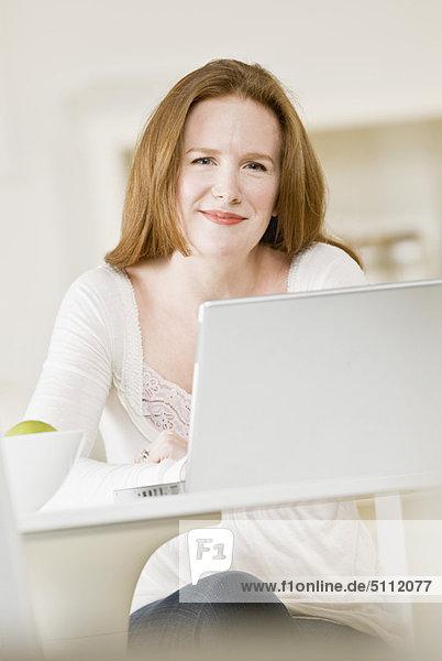 benutzen  Frau  Notebook  lächeln
