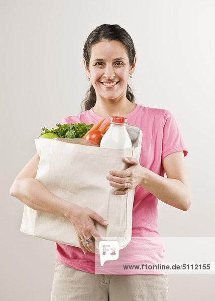 Frau  tragen  Tasche  Lebensmittelladen Frau ,tragen ,Tasche ,Lebensmittelladen