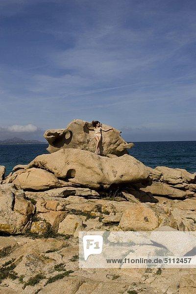 Frau stehend auf rock
