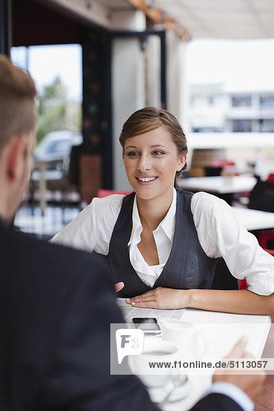 Geschäftsfrau  sprechen  Mittagessen