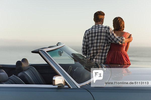 Paar bewundernder Blick auf das Cabriolet