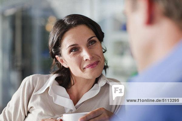 Frau im Gespräch mit dem Mann im Café