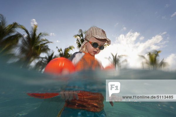 Außenaufnahme  Wasser  Junge - Person  freie Natur  spielen