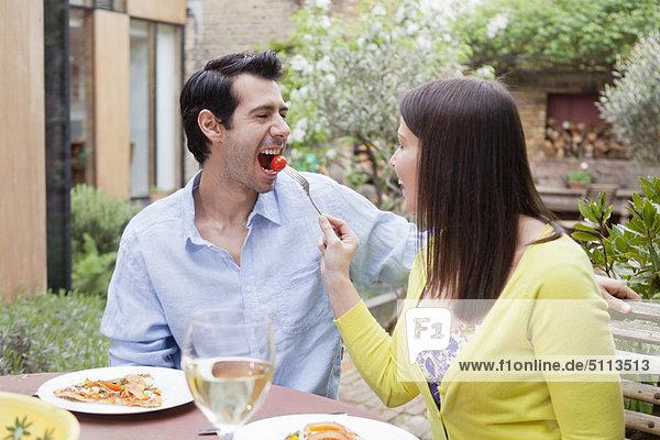 Paare füttern sich gegenseitig im Freien