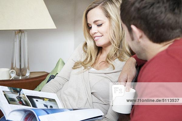 Zusammenhalt  Couch  Zeitschrift  vorlesen