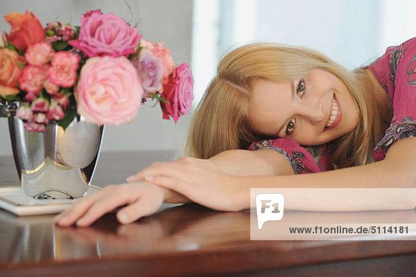 liegend  liegen  liegt  liegendes  liegender  liegende  daliegen  Frau  lächeln  Tisch