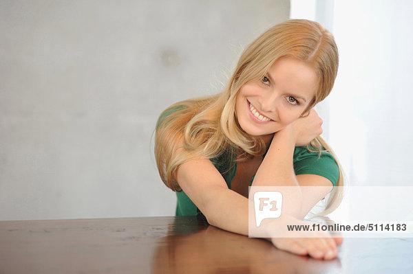 sitzend  Frau  lächeln  Tisch
