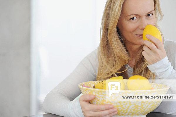 Frau riecht Zitronen