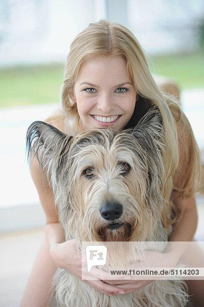 Interior,  zu Hause , Frau , umarmen , lächeln , Hund