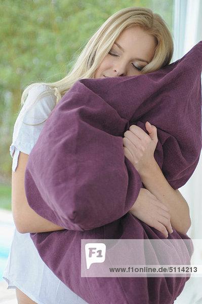 Interior,  zu Hause , Frau , umarmen , Kopfkissen